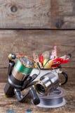 Los wobblers de los cebos de pesca resaltan de la taza del metal blanco Imagen de archivo libre de regalías