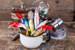 Los wobblers de los cebos de pesca resaltan de la taza del metal blanco Fotos de archivo libres de regalías