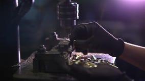 Los Yachten machte an in der Stadtflussbucht am sonnigen Tag des Sommers fest Schattenbild des kauernden Geschäftsmannes stock footage