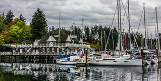 Los yates adentro atracaron en el puerto deportivo del Boatyard en Stanley Park Imagen de archivo
