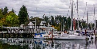Los yates adentro atracaron en el puerto deportivo del Boatyard en Stanley Park Imagen de archivo libre de regalías