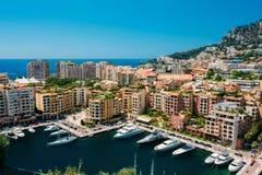 Los yates amarraron cerca del embarcadero de la ciudad, embarcadero en Sunny Summer Day Mónaco, imágenes de archivo libres de regalías