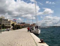 Los yates amarraron cerca del terraplén de la ciudad croata de Sibenik en un día ventoso soleado claro europa Mar adriático de Me imagenes de archivo