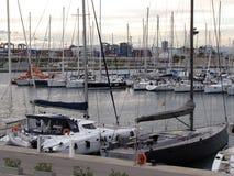 Los yates amarraron cerca del terraplén de la ciudad de Valencia de España en un día ventoso soleado claro europa Mar Mediterráne fotografía de archivo libre de regalías