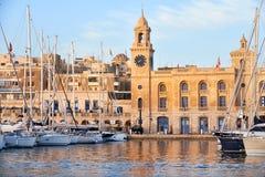 Los yates amarraron en el puerto delante de Malta Museu marítimo imagen de archivo