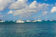 Los yates amarraron en el refugio de la bahía del ministerio de marina Fotografía de archivo