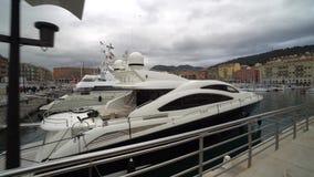 Los yates costosos hermosos se colocan en el puerto en el mar almacen de video