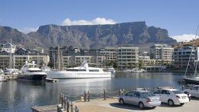Los yates de lujo amarrados en la costa están de Cape Town Foto de archivo libre de regalías