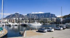 Los yates de lujo amarrados en la costa están de Cape Town Imagenes de archivo