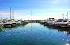 Los yates de lujo cayeron el ancla en infante de marina en puerto en el mar adriático en Croacia Foto de archivo libre de regalías