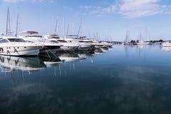 Los yates estupendos amarraron en el puerto de Sukosan cerca de Zadar, Croacia Foto de archivo libre de regalías