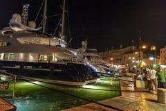 Los yates estupendos de lujo abrigan Saint Tropez foto de archivo libre de regalías