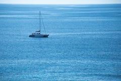 Los yates parquean en el medio del mar fotos de archivo