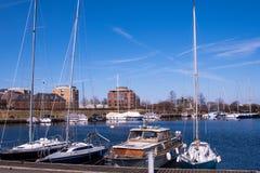 Los yates privados de la navegación se amarran para arriba en Copenhague debajo de SK azul fotos de archivo libres de regalías