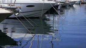 Los yates reflejan en agua de las ondulaciones almacen de video