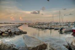 Los yates se anclan a lo largo de las cubiertas en Key West foto de archivo