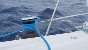 Los yates y los barcos de la regata en ondas cerca apuntalan y paisaje natural metrajes