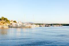 Los yates y los barcos de lujo parquearon en el puerto, puesta del sol Imagenes de archivo