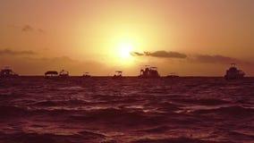 Los yates y los barcos en el horizonte resuelven la salida del sol encariñada Vacaciones del viaje a la playa tropical del país almacen de metraje de vídeo