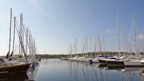 Los yates y los barcos parquearon en el puerto, salida del sol, mañana metrajes
