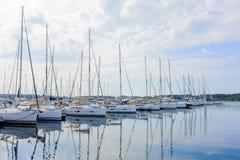 Los yates y los barcos parquearon en el puerto, salida del sol, mañana Foto de archivo