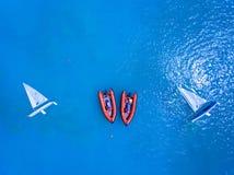 Los yates y el rescate apresuran los barcos anclados en el mar azul claro Imagen de archivo libre de regalías