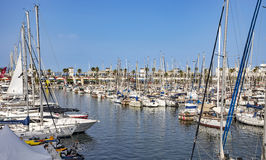 Los yates y los veleros amarraron en el puerto Vell de Barcelona Imagen de archivo libre de regalías