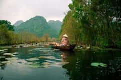Los yenes fluyen en la manera a la pagoda en otoño, Hanoi, Vietnam de Huong Paisajes de Vietnam Fotos de archivo libres de regalías