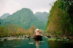 Los yenes fluyen en la manera a la pagoda en otoño, Hanoi, Vietnam de Huong Paisajes de Vietnam Fotografía de archivo libre de regalías