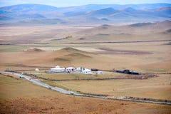 Los yurts mongoles en la estepa del otoño Imágenes de archivo libres de regalías