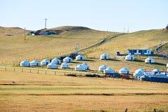Los yurts mongoles en la ladera de prados Fotografía de archivo
