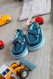 Los zapatos azules del barco para el muchacho cerca del coche juegan Cierre para arriba Imágenes de archivo libres de regalías