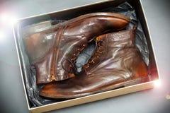 Los zapatos de cuero de la nueva moda broncean estilo del vintage en una caja Foto de archivo libre de regalías