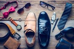 Los zapatos de cuero y los accesorios para el trabajo mintieron en el piso de madera Fotografía de archivo