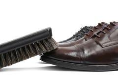 Los zapatos de los hombres elegantes y escobilla, primer foto de archivo
