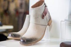 Los zapatos de la primavera de las mujeres están en el estante Imágenes de archivo libres de regalías