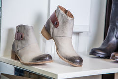Los zapatos de la primavera de las mujeres están en el estante Foto de archivo