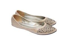 Los zapatos de la señora plana beige con joyería plástica negra imagen de archivo