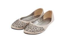 Los zapatos de la señora plana beige con joyería plástica negra foto de archivo libre de regalías