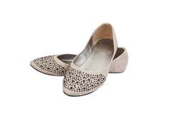 Los zapatos de la señora plana beige con joyería plástica negra imagen de archivo libre de regalías