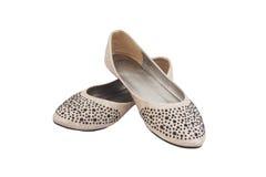 Los zapatos de la señora plana beige con joyería plástica negra fotos de archivo libres de regalías