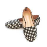 Los zapatos de la señora plana con el modelo a cuadros Fotos de archivo libres de regalías