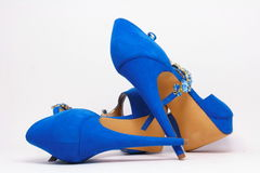 Los zapatos de las mujeres azules en los tacones altos Fotos de archivo