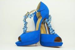 Los zapatos de las mujeres azules en los tacones altos Fotos de archivo libres de regalías