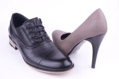 Los zapatos de las mujeres de los pares mueven hacia atrás la visión Imagen de archivo libre de regalías