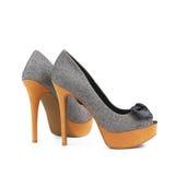 Los zapatos de las mujeres elegantes en un fondo blanco Fotos de archivo libres de regalías
