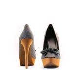 Los zapatos de las mujeres elegantes en un fondo blanco Fotos de archivo