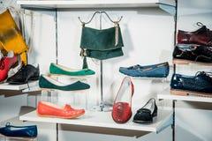 Los zapatos de las mujeres en el estante en la venta de la tienda Fotos de archivo