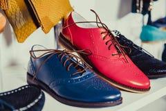 Los zapatos de las mujeres en el estante en la venta de la tienda Foto de archivo libre de regalías