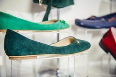 Los zapatos de las mujeres en el estante en la venta de la tienda Fotos de archivo libres de regalías